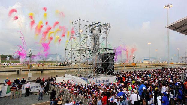 Asistentes celebran el paso del buque Cosco Shipping por la esclusa Cocolí del Canal de Panamá Ampliado. (EFE/Oscar Rivera)