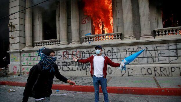 En su mayoría, los manifestantes eran miembros de la Asociación de Estudiantes Universitarios de la Universidad de San Carlos. Pero un grupo se diferenciaba: encapuchados.  (EFE)
