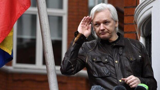 Julian Assange mientras atiende a la prensa desde un balcón de la Embajada de Ecuador en Londres, en 2017 (EFE)
