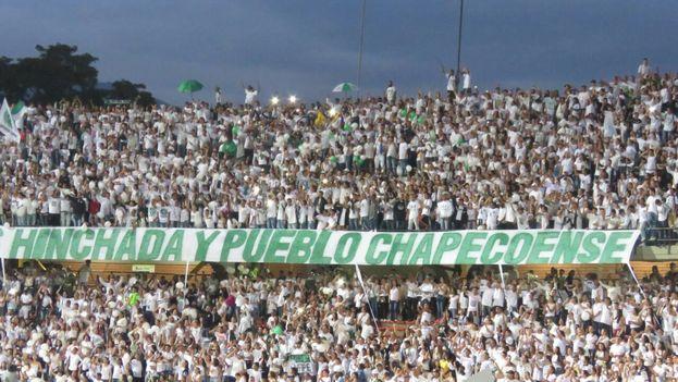 El público presente en el estadio Atanasio Girardot de Medellín homenajeó al equipo de la Associação Chapecoense de Futebol y demás víctimas de la tragedia aérea. (@nacionaloficial)
