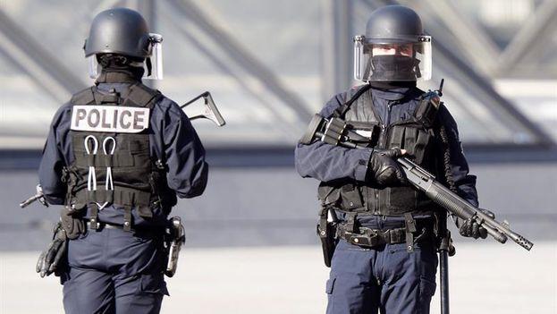 Agentes de policía montan guardia en los alrededores del museo Louvre en París, Francia (EFE)