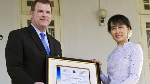 Aung San Suu Kyi recibió la ciudadanía en 2007, aunque la entrega simbólica se hizo en 2012. (National Post)