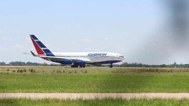 Una aeronave de Cubana de Aviación antes de salir del Aeropuerto Internacional de Viru Viru el 16 de noviembre de 2019. (EFE)