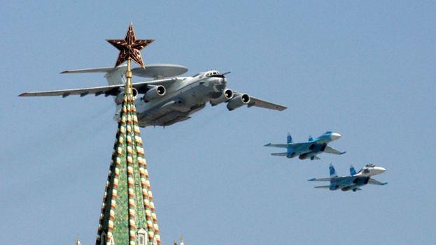 Aviones de combate rusos sobrevuelan en Kremlin durante el ensayo de un desfile militar. (EFE)