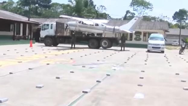 Avioneta y paquetes de cocaína incautados por el Gobierno de Bolivia. (Captura)