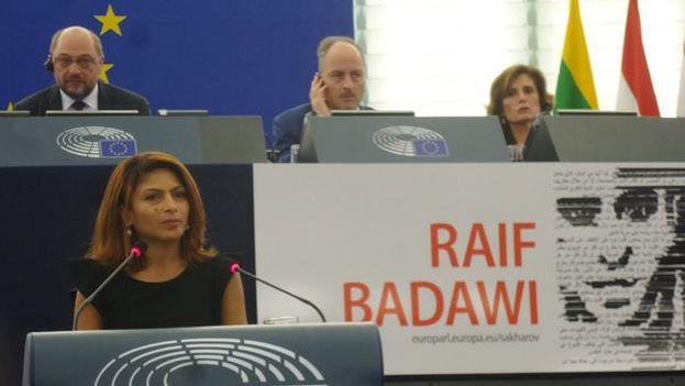 Ensaf Haidar, la mujer del bloguero saudí Raif Badawi, durante su discurso de recogida del premio Sajarov. Al fondo, Martin Schulz, presidente del Parlamento Europeo. (@Europarl_ES)