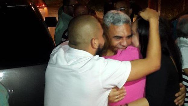 Los hijos de Baduel lo abrazan a su salida de la prisión de Ramo Verde. (@RaulBaduel)