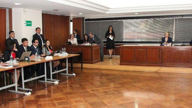En la audiencia de este lunes por el caso Balda, la jueza decidió que el expresidente Rafael Correa, se presente cada 15 días ante el tribunal pese a que reside en Bélgica. (@Jeanninecruzz)