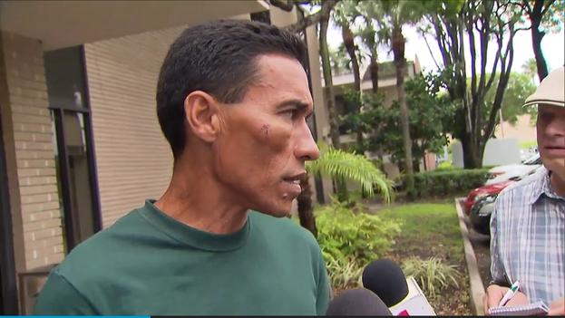 Balsero cubano que fue atacado por la policía al llegar a Florida. (CC)