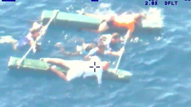 Balseros en el momento del rescate (imagen tomado de un video del Palm Beach County Sheriff´s Office)