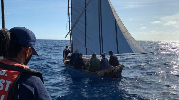 Balseros cubanos repatriados tras ser interceptados por la Guardia Costera de EE UU este lunes. (Twitter/@USCGSoutheast)