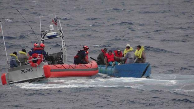 Balseros cubanos interceptados por la Guardia Costera de EE UU. (@USCGSoutheast)