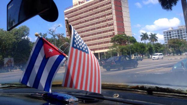 Banderas de Cuba y EE UU. (14ymedio)