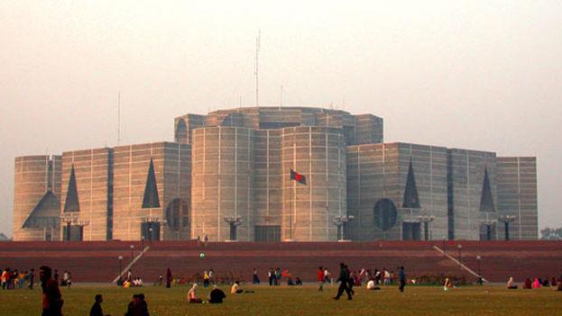 Edificio del Parlamento de Bangladesh. (wikiarquitectura)