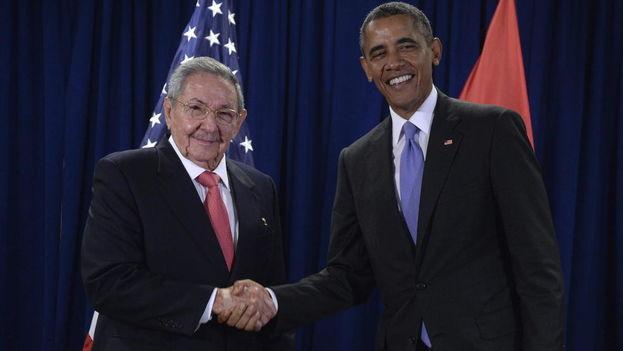 El presidente de Estados Unidos, Barack Obama, y su homólogo cubano, Raúl Castro, en la sede de las Naciones Unidas. (EFE)