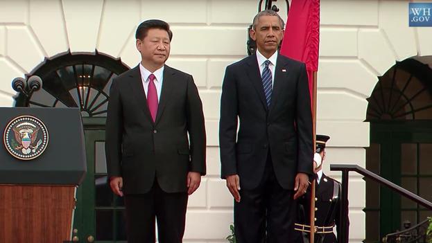 Barack Obama y Xi Jinping escuchan el himno de China durante la recepción al presidente chino en la Casa Blanca. (The White House)