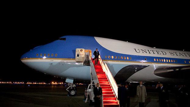 Barack Obama descendiendo del avión presidencial, Air Force One, en uno de sus viajes. (CC)