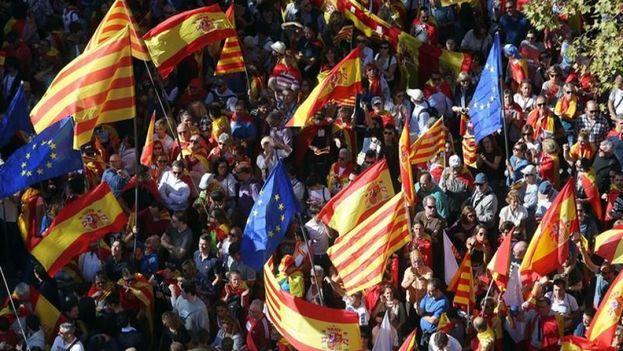 A lo largo del recorrido de este domingo en Barcelona, caracterizado por un ambiente festivo y reivindicativo, se vieron numerosas banderas españolas, pero también catalanas y europeas. (EFE)