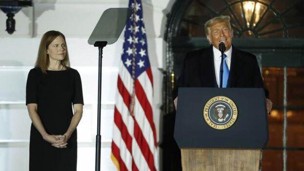 Donald Trump, durante la ceremonia de toma de juramento de Amy Coney Barrett como jueza del Tribunal Supremo, en la Casa Blanca, luego de que fuera confirmada por el Senado estadounidense. (EFE/Shawn Thew)