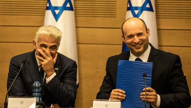 El nuevo primer ministro israelí, Naftali Bennett (dcha), con Yair Lapid, ministro de Exteriores y futuro mandatario. (EFE)