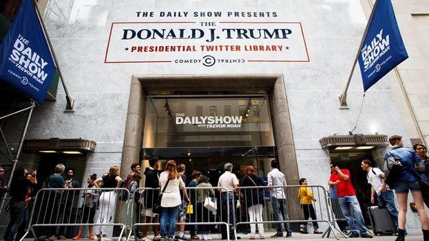 """Unas personas esperan para entrar a la """"Biblioteca Tuitera Presidencial"""" para ver una exposición sobre los tuits del presidente Trump el viernes 16 de junio 2017, en Nueva York. (EFE)"""