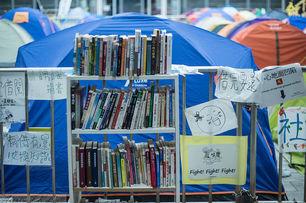 Biblioteca creada por los manifestantes prodemocracia. (Alcuin Lai/Flickr)