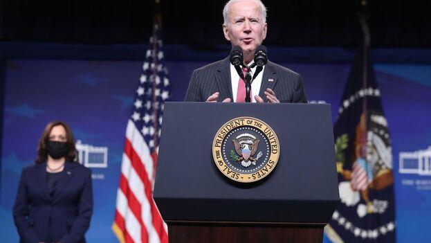 Biden, que visitó ayer el Pentágono con Harris, anunció sanciones para Birmania. (EFE)