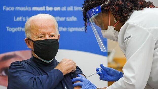 Biden se vacunó con el suero de Pfizer el lunes ante las cámaras de televisión en un intento de disipar las dudas entre los estadounidenses sobre la seguridad de la inmunización. (EFE)