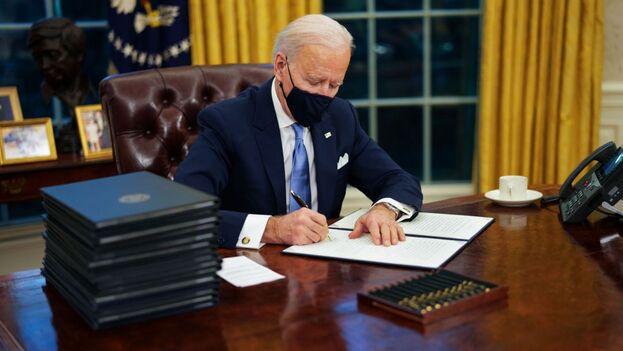 Biden admitió el fracaso en la estrategia de vacunación, ya que solo se han administrado 17,5 millones de las 37,9 millones de dosis disponibles. (EFE)