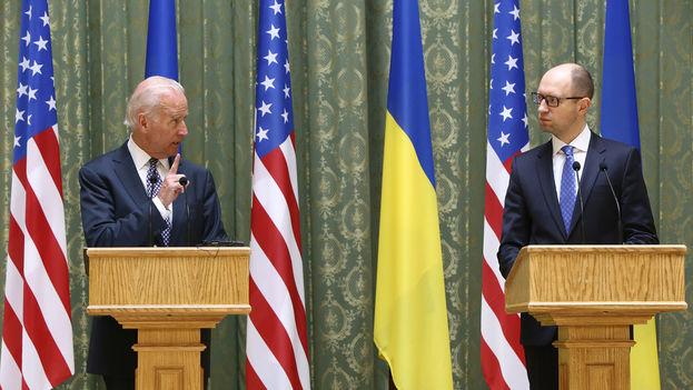 Biden junto al primero ministro ucraniano en abril 2014. (Embajada de Ucrania/Flickr)