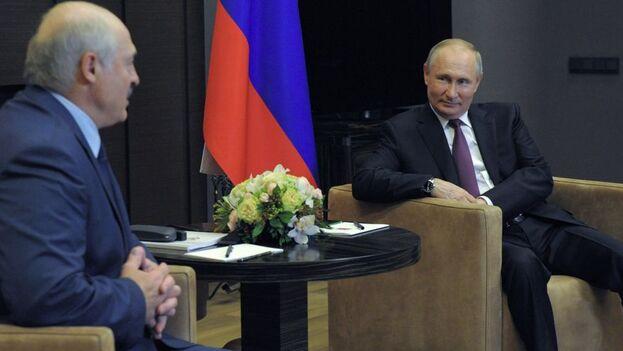 El presidente de Bielorrusia, Alexandr Lukashenko, junto a su homólogo ruso, Vladímir Putin. (EFE/EPA/Mikhael Klimentyev/Sputnik/Kremlin Pool)