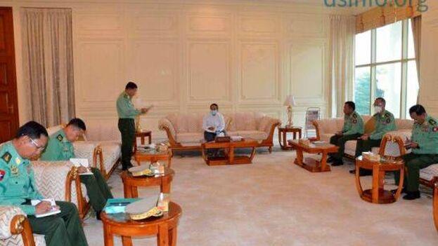 El presidente interino de Birmania, Myint Swe, en el centro, y otros miembros militares del Consejo Nacional de Defensa y Seguridad, en el Palacio Presidencial en Naypyitaw, Birmania. (EFE/EPA/Equipo de Información Militar)
