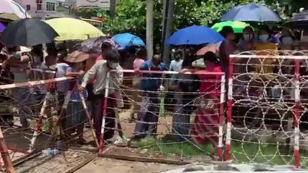 Desde primera hora de la mañana a las puertas del penitenciario de la antigua capital a la espera de que se proceda a la liberación. (Captura / Channel News Asia)