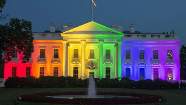 La Casa Blanca luciendo los colores de la bandera LGBT tras la decisión de la Corte Suprema sobre el matrimonio homosexual. (EFE)