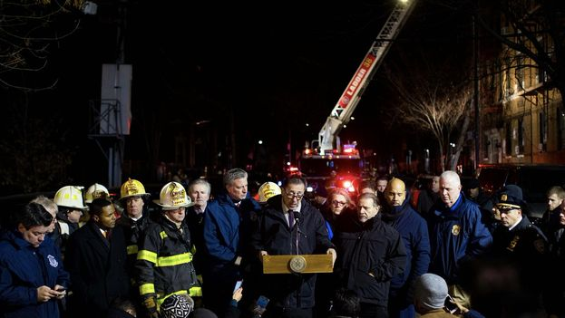 El alcalde Bill de Blasio rodeado de oficiales del cuerpo de bomberos de Nueva York para hacer balance del grave incendio del Bronx este jueves. (Mayoral Photo Office)