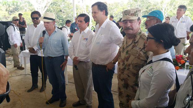 El presidente Juan Manuel Santos visita a los guerrilleros del Bloque Sur de las FARC congregados en la zona transitoria de Carmelita, Putumayo. (@IvanMarquezFARC)