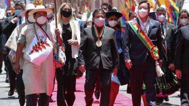 El presidente de Bolivia, Luis Arce, a la derecha, y su vicepresidente, David Choquehuanca, en el centro, salen tras asistir a la ceremonia de investidura este domingo, en La Paz (Bolivia). (EFE/ Martín Alipaz)