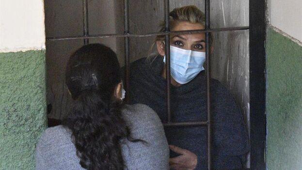 La expresidenta interina de Bolivia Jeanine Áñez, en las celdas de la Fuerza Especial de Lucha Contra el Crimen, en La Paz, Bolivia. (EFE)