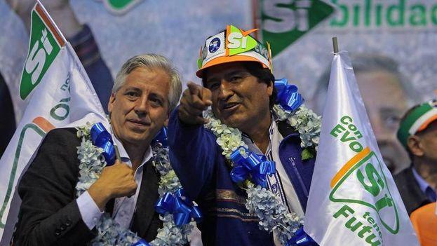 El presidente de Bolivia, Evo Morales, junto al vicepresidente Alvaro García Linera durante el cierre de campaña de su partido, el Movimiento al Socialismo (MAS). (EFE)