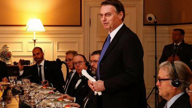 Bolsonaro en una cena con Steve Bannon, el exasesor de Donald Trump, en la embajada de Brasil en Washington. (Planalto)