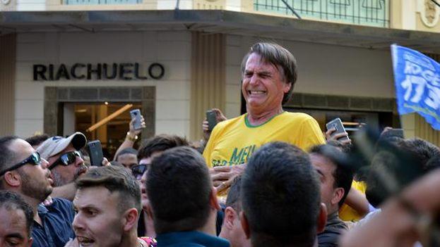 Bolsonaro fue atacado cuando una multitud lo llevaba a hombros por las calles de Juiz de Fora, la segunda mayor ciudad del estado de Minas Gerais. (Captura)