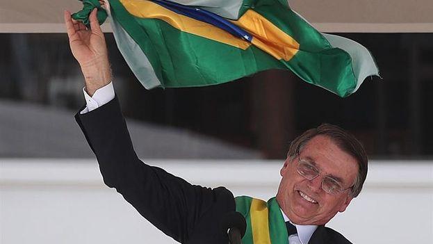 Bolsonaro recibió ayer en el palacio del Planalto la banda presidencial de parte de su predecesor, Michel Temer. (EFE/ Marcelo Sayão)