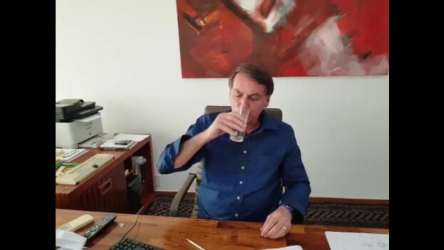 Bolsonaro publicó un vídeo tomando una dosis de hidroxicloroquina, el controvertido medicamento que no ha podido demostrar ser útil contra el coronavirus y sí tener efectos adversos.