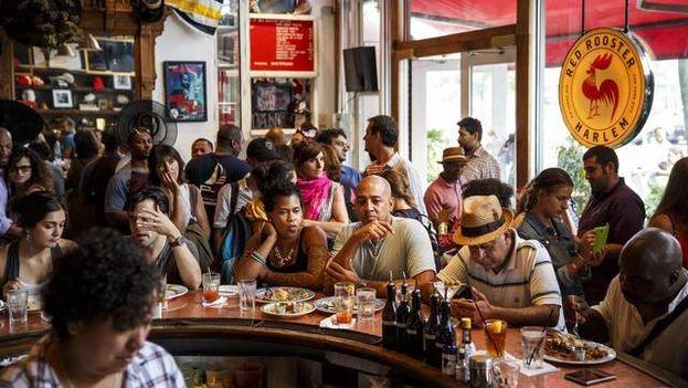 La multitud escucha a Boncella Lewis, no en la foto, en Red Rooster en Harlem. (EFE)