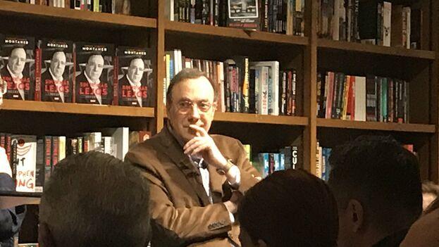 La librería Books and Books se llenó ayer para la presentación del libro del periodista cubanoamericano. (@ricardobrown)