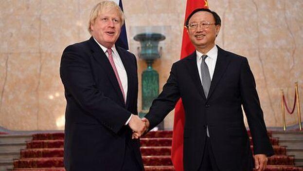 Boris Johnson con el diplomático chino Yang Jiechi antes de que se tensaran las relaciones por lo sucedido en la excolonia británica. (thediplomat)