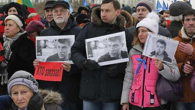 En el 2015, Boris Nemtsov recibió cuatro disparos por la espalda cuando pasaba con su esposa cerca del Kremlin. (EFE)
