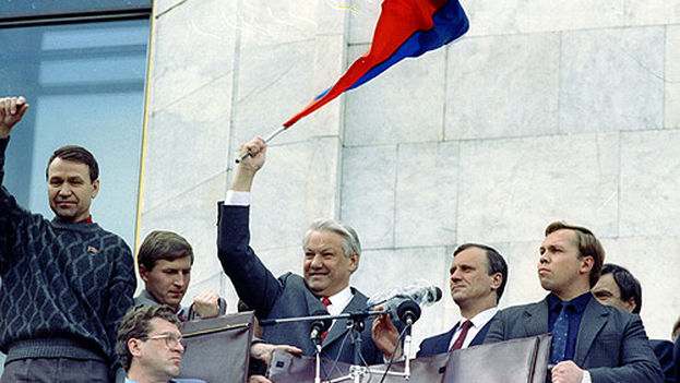 Boris Yeltsin celebra con sus seguidores el fracaso del intento de golpe de Estado tres días después de que se produjera. (CC/Flickr)