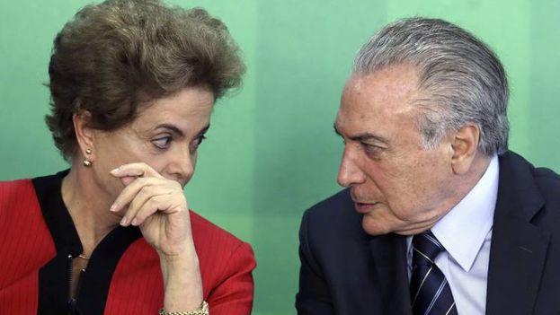 La expresideta de Brasil, Dilma Rousseff junto a su entonces vicepresidente, Michel Temer. (EFE)