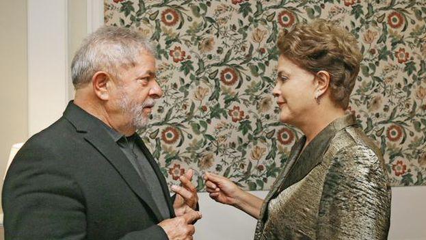 La presidenta de Brasil, Dilma Rousseff, frente a su antecesor en el cargo, Lula da Silva. (@LulapeloBrasil)
